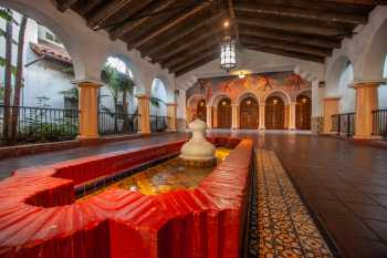 Arlington Theatre, Santa Barbara: Paseo tiled fountain