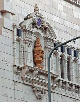 Tower Theatre, Los Angeles: Niche with urn, in Broadway façade